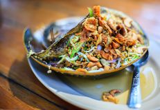 Frutti di mare tailandesi tradizionali, insalata piccante dell'uovo del limulo fotografie stock