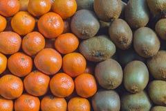 Frutti di struttura del fondo del kiwi e dei mandarini Fotografia Stock Libera da Diritti