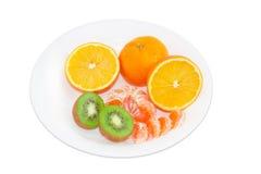 Frutti differenti su un piatto bianco Fotografie Stock