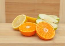 Frutti divisi in due sulla Tabella di legno Fotografie Stock Libere da Diritti