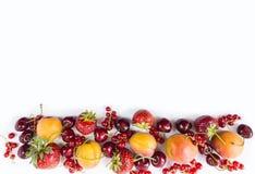 Frutti e bacche su fondo bianco Frutti dolci e succosi al confine dell'immagine con lo spazio della copia per testo Albicocche ma Fotografia Stock Libera da Diritti