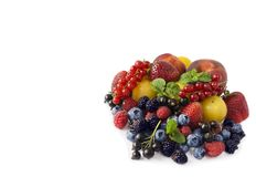 Frutti e bacche su fondo bianco Uva passa matura, fragole, more, bluberries, pesche e prugne gialle Fotografia Stock Libera da Diritti
