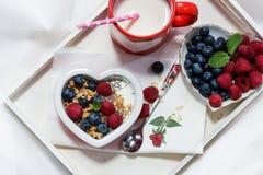 Frutti e caffè della prima colazione di giorno di biglietti di S. Valentino Fotografie Stock