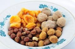 Frutti e dadi secchi dall'Asia centrale sul piatto Immagine Stock