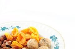Frutti e dadi secchi sul piatto Fotografie Stock