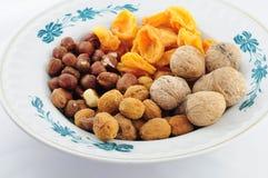 Frutti e dadi secchi sul piatto Immagine Stock Libera da Diritti