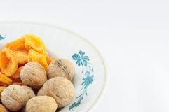 Frutti e dadi secchi sul piatto a sinistra giù Fotografia Stock
