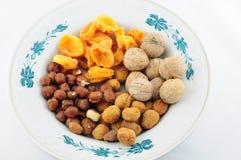 Frutti e dadi secchi sul piatto. Vista superiore. Fotografie Stock