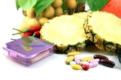 Frutti e medicine disposti vicino ai cosmetici. Immagini Stock Libere da Diritti