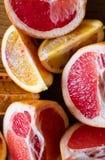 Frutti e pompelmo siciliani affettati freschi dell'arancia sanguinella su fondo di legno Immagine Stock Libera da Diritti