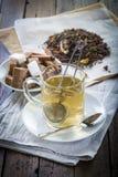 Frutti e tè rossi dei fiori Fotografie Stock Libere da Diritti