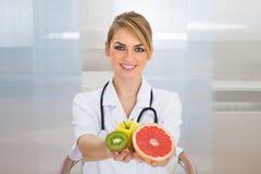 Frutti femminili della tenuta del dietista Fotografia Stock