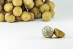 Frutti freschi dei Longans su fondo bianco Fotografie Stock