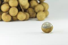 Frutti freschi dei Longans su fondo bianco Fotografia Stock