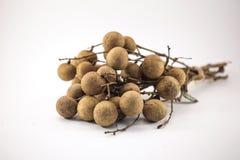 Frutti freschi del longan sul banco isolato su fondo bianco fotografie stock