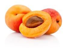 Frutti freschi dell'albicocca del taglio isolati su fondo bianco Fotografia Stock
