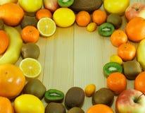 Frutti freschi e organici sulla tavola di legno Fotografia Stock Libera da Diritti