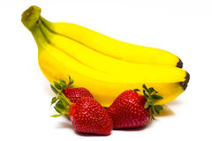 Frutti isolati Casco di banane e mucchio del isola delle fragole Immagini Stock Libere da Diritti