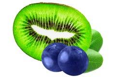 Frutti isolati Kiwi e mirtilli isolati sul backgrou bianco Fotografia Stock Libera da Diritti