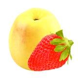 Frutti isolati una mela ed una fragola isolate su bianco Fotografia Stock