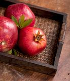 Frutti maturi del melograno sui precedenti di legno Immagine Stock