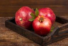 Frutti maturi del melograno sui precedenti di legno Fotografia Stock Libera da Diritti
