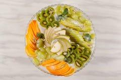 Frutti nel piatto immagine stock