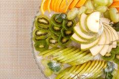 Frutti nel piatto immagini stock