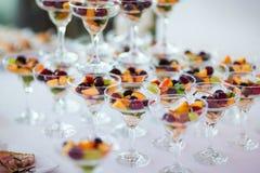 Frutti ordinati nei vetri Immagini Stock