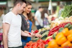 Frutti organici di compera delle coppie Immagini Stock Libere da Diritti