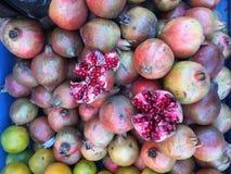 Frutti organici freschi del melograno sulla stalla del mercato di strada Immagini Stock Libere da Diritti