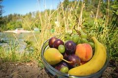 Frutti organici freschi sul piatto Immagini Stock Libere da Diritti