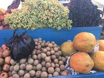 Frutti organici freschi sulla stalla del mercato di strada Fotografia Stock Libera da Diritti