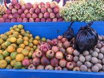 Frutti organici freschi sulla stalla del mercato di strada Fotografia Stock