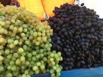 Frutti organici freschi sulla stalla del mercato di strada Fotografie Stock