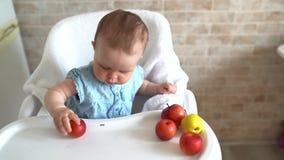 Frutti sani di cibo del bambino e giocare con le mele rosse Bambini mangianti in buona salute archivi video