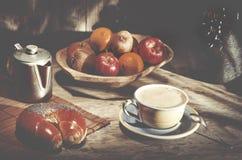 Frutti sani freschi dell'assortimento in ciotola di legno fatta a mano fatta dentro Fotografie Stock Libere da Diritti
