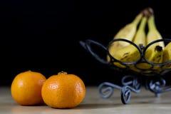 Frutti saporiti in un canestro del metallo Cesto metallico con i frutti su un corteggiare immagine stock
