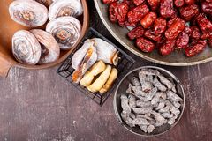 Frutti secchi - cachi, fichi, datteri o giuggiola rossa e prugna affettata salata fotografie stock libere da diritti