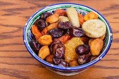 Frutti secchi centroasiatici in ciotola tradizionale Immagini Stock