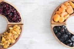 Frutti secchi in ciotole di legno sulla tavola Forma dei semicerchi fotografia stock