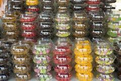 Frutti secchi e ricordo del regalo e del prodotto alimentare al negozio locale Fotografia Stock Libera da Diritti