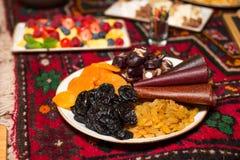 Frutti secchi su un piatto: uva passa, albicocche secche, prugne, churchkhela Immagine Stock