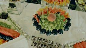 Frutti serviti sulla tavola svedese al ristorante archivi video