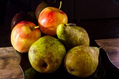 Frutti stagionali Pere e mele mature su un fondo nero immagini stock