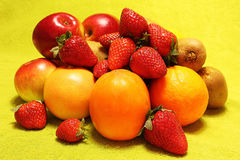 Frutti su fondo giallo Immagini Stock