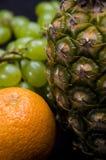 Frutti su fondo nero in studio Immagine Stock