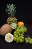 Frutti su fondo nero in studio Immagini Stock