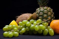 Frutti su fondo nero in studio Immagine Stock Libera da Diritti