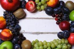 Frutti su una tavola di legno Fotografie Stock